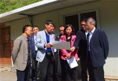 The second group of the park, Huang Zong, explained the work plan of the sweet potato plantation area for the leaders of the county government.